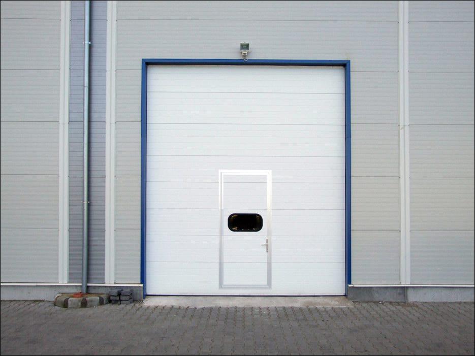 ECOTOR szekcionált ipari kapu beépített átjáró ajtóval, normál küszöbbel